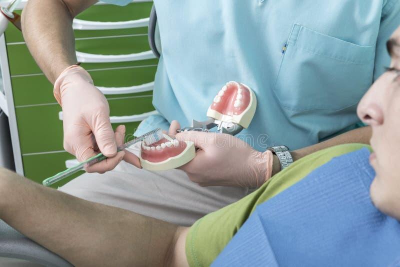 Scène de mode de vie de bureau de dentiste desaturated photo stock