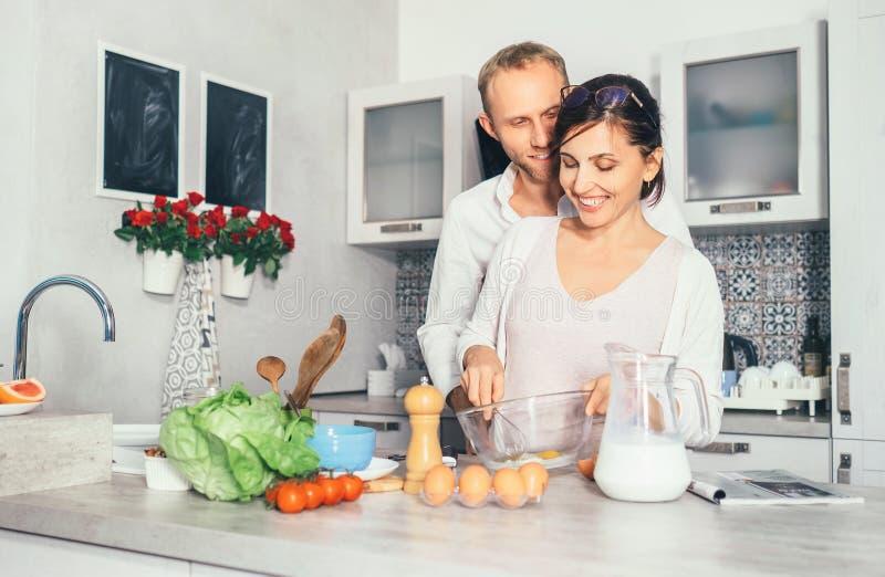 Scène de mode de vie de famille - le procédé de cuisson, marrieds fait le petit déjeuner ensemble photographie stock libre de droits