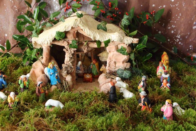 Scène de nativité avec les chiffres provençal de huche de Noël photos stock