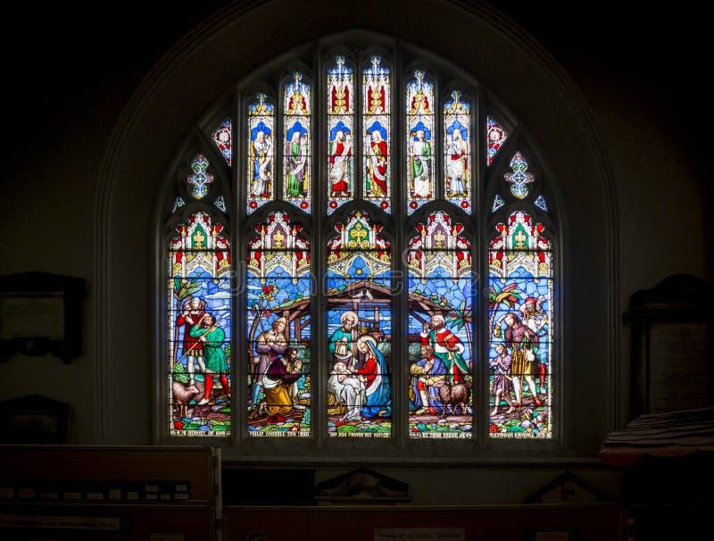 Scène de nativité de fenêtre d'église en verre souillé image libre de droits