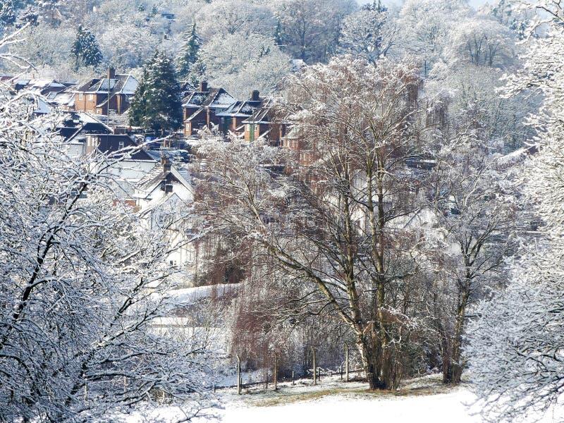 Scène de neige d'hiver sur le terrain communal de Chorleywood avec des maisons de village dans la distance image libre de droits