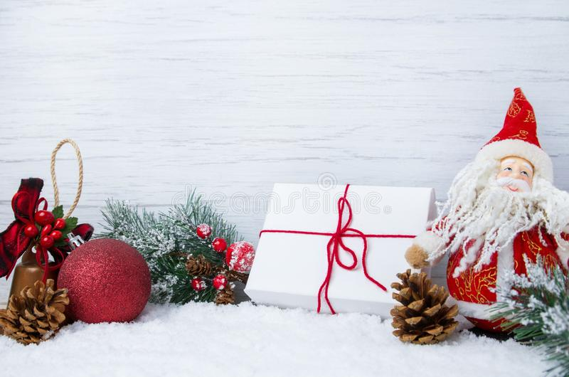 Scène de Noël d'hiver avec des branches d'arbre de Noël, des décorations, des jouets et Santa Claus sur la neige et le fond en bo photos stock