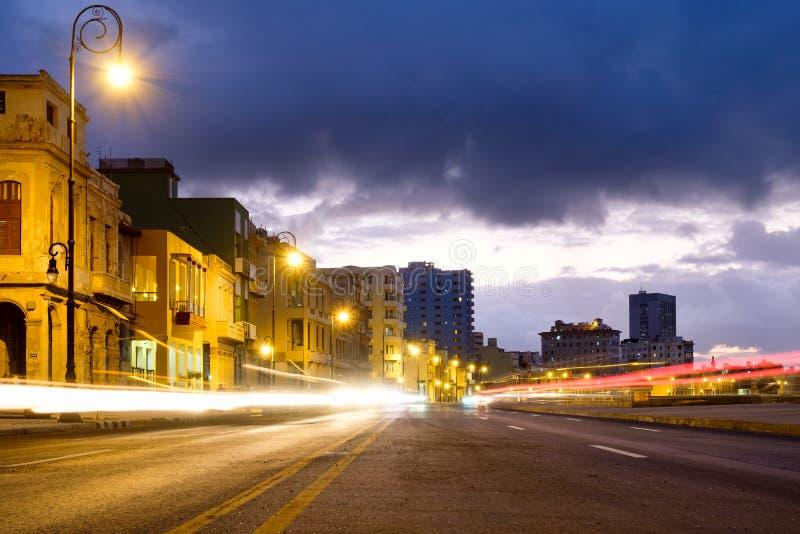 Scène de nuit à La Havane à l'avenue de bord de la mer de Malecon images libres de droits