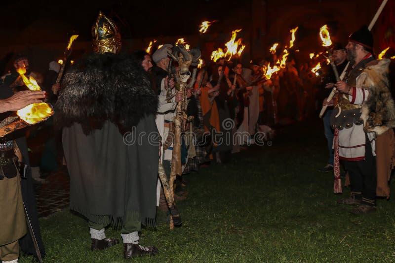 Scène de nuit avec les soldats romains dans le costume de bataille images stock