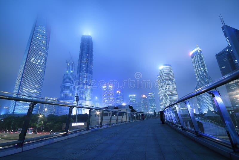 Scène de nuit d'exposition de point de repère de Changhaï Lujiazui la longue images libres de droits
