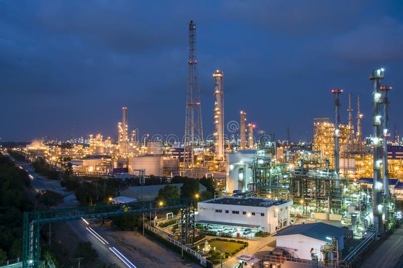 Scène de nuit d'usine chimique images stock