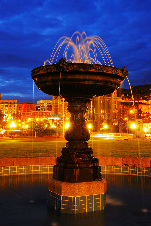 Scène de nuit de fontaine photo libre de droits