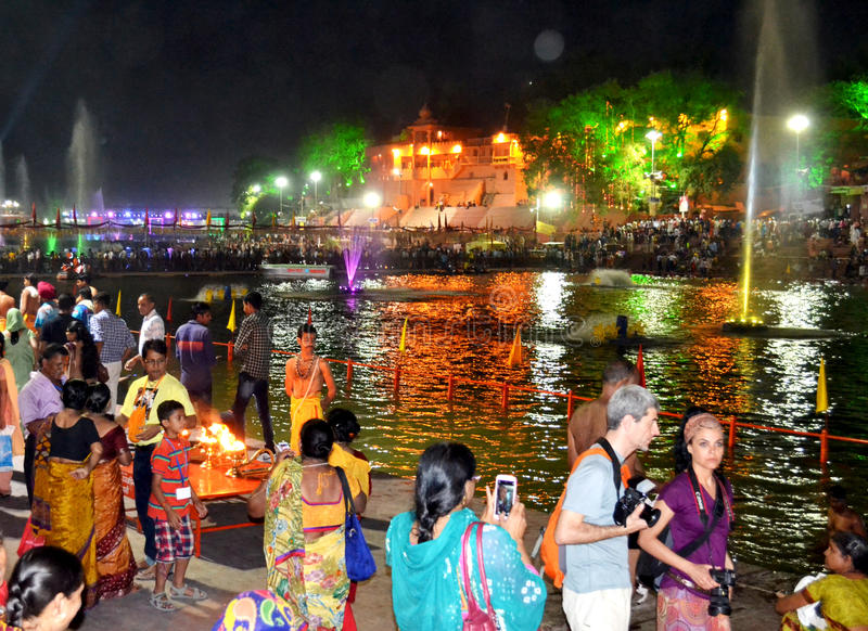 Scène de nuit de kshipra de rivière pendant le grand mela 2016, Inde de kumbh de simhasth d'Ujjain image libre de droits