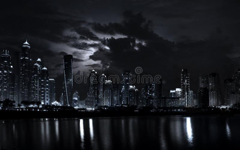 Scène de nuit de marina moderne de Dubaï avec le ciel dramatique image stock