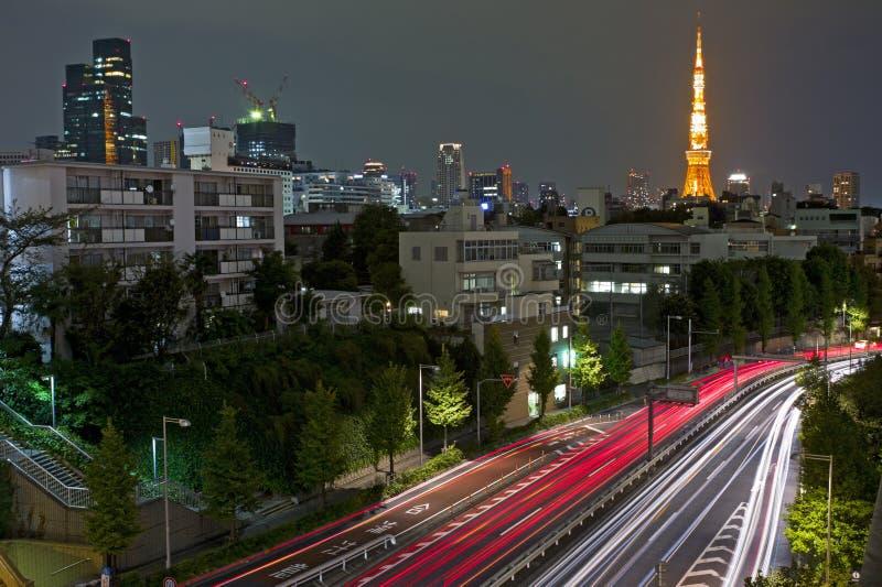 Scène de nuit de ville avec des lumières de mouvement de véhicule photographie stock