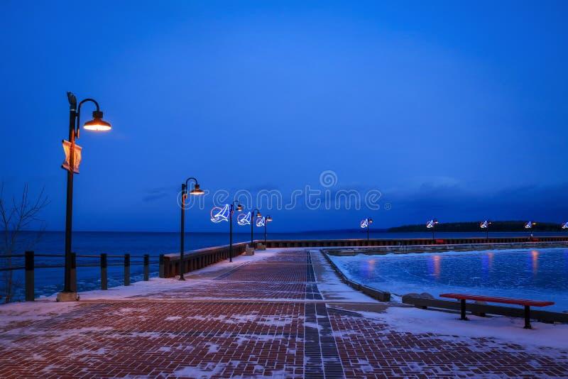 Scène de nuit du dock de marina au lac froid, Alberta photos libres de droits