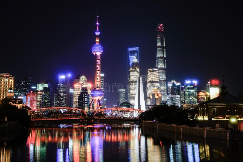 Scène de nuit de lujiazui de digue de Changhaï photos stock