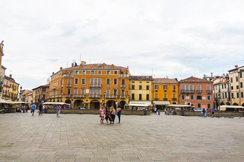 Scène de Piazza Duomo, avec des gens du pays et des touristes, à Padoue, Vénétie, Italie image stock