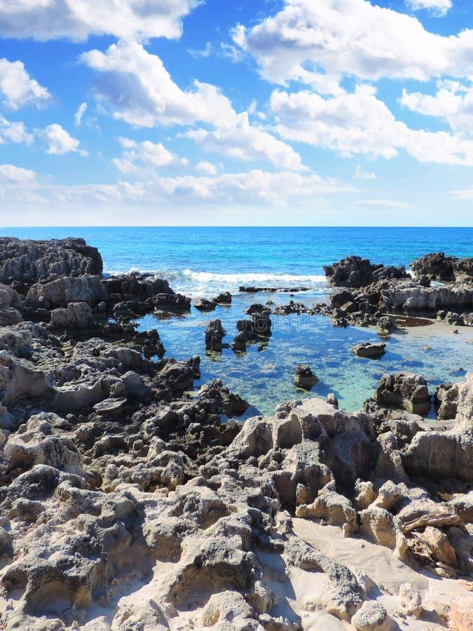 Scène de plage avec des roches dans l'eau photo stock