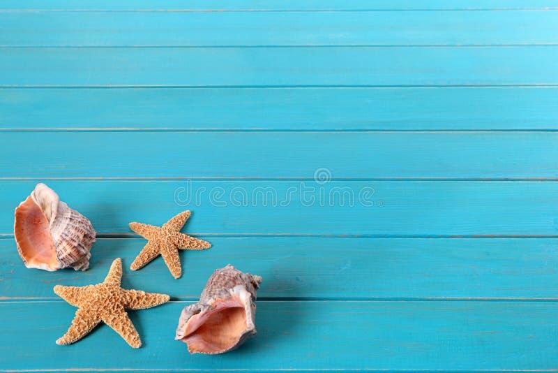 Scène de plage avec le decking bleu photos stock