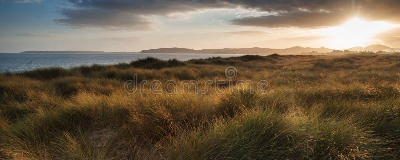 Scène de plage de paysage de panorama belle pendant le coucher du soleil images stock