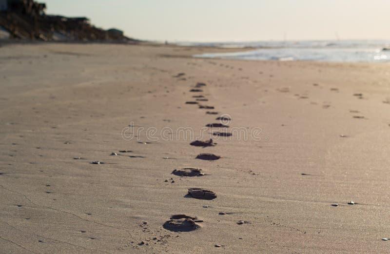 Scène de plage de ville de ressac Empreintes de pas sur le rivage images libres de droits