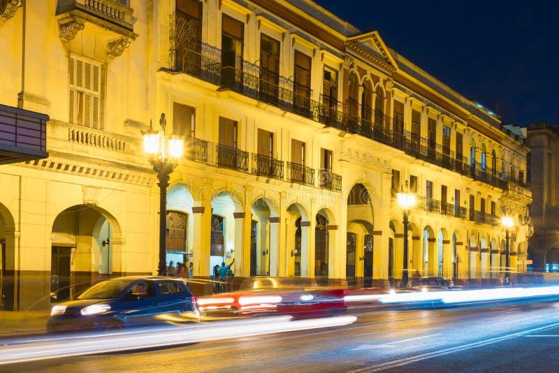Scène de rue à vieille La Havane illuminée la nuit images stock