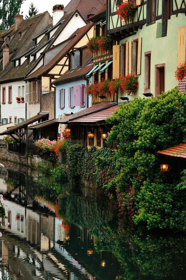Scène de rue avec la rivière de Lauch à Colmar, France photographie stock