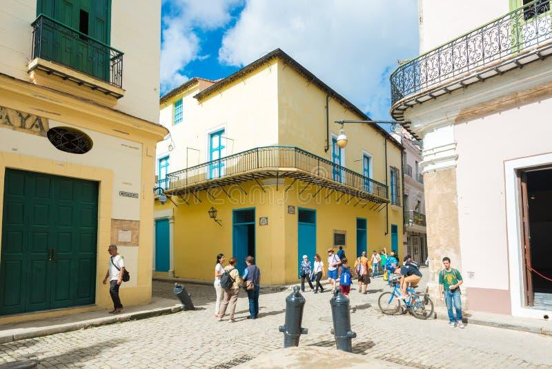 Scène de rue avec la vieille maison colorée à vieille La Havane photographie stock libre de droits
