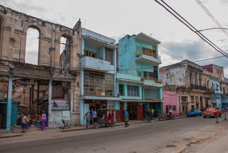 Scène de rue avec les bâtiments colorés traditionnels à La Havane du centre cuba photos stock