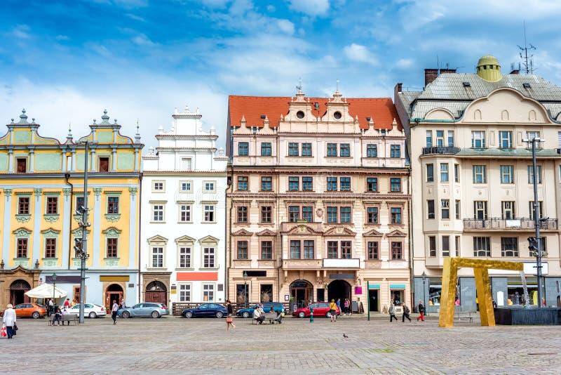 Scène de rue dans dans la place principale du pilse de Plzen R tchèque photos stock