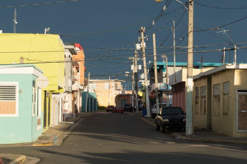 Scène de rue dans Quegradillas, Porto Rico avec l'éclairage dramatique photo stock