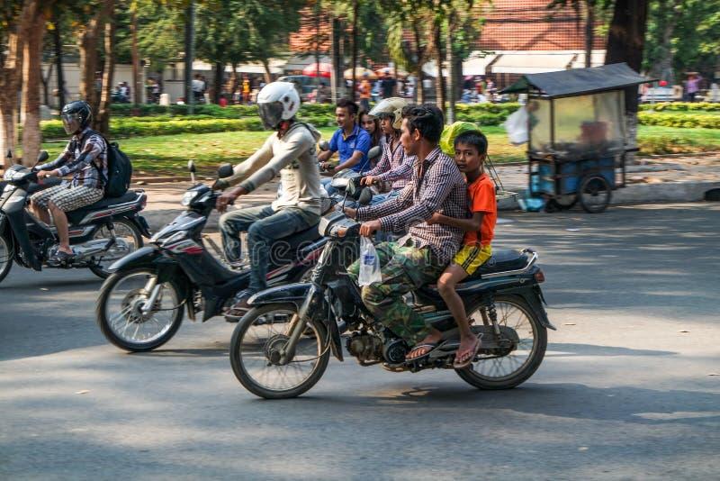 Scène de rue des scooters au Cambodge, Asie du Sud-Est images libres de droits