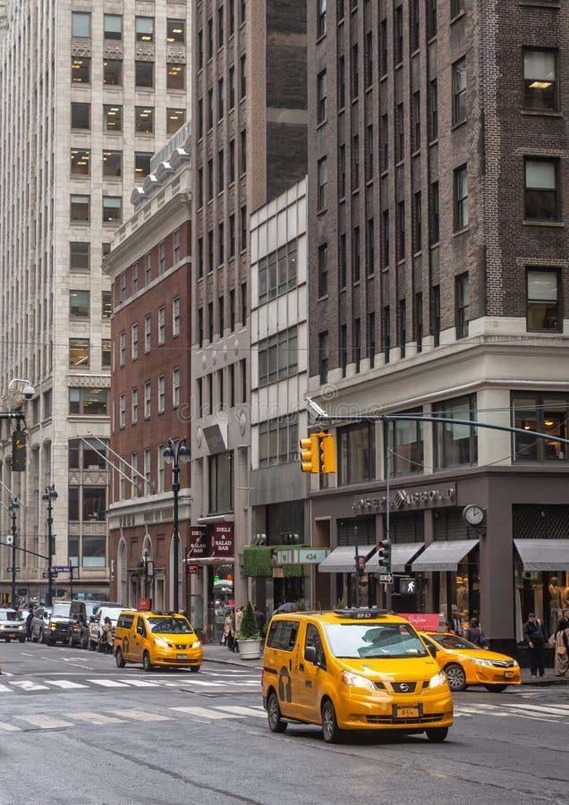 Scène de rue de ville avec taxis jaunes images stock