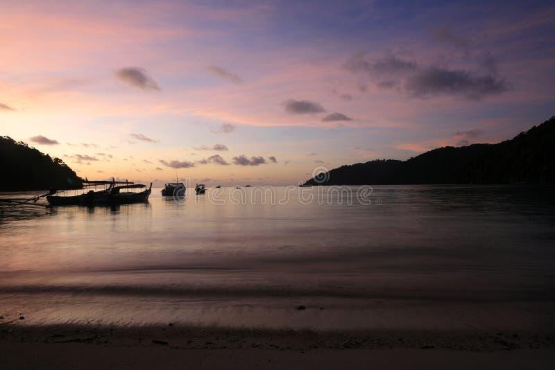 Scène de silhouette de plage tropicale avant lever de soleil photo stock