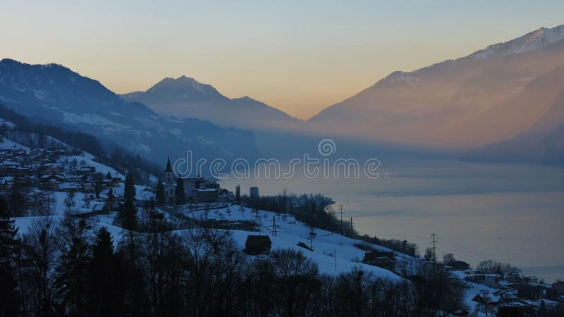 Download Scène De Soirée Au Lac Walensee Image stock - Image du scénique, tranquillité: 76081763