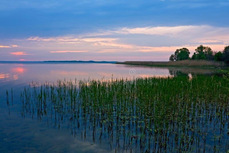 Scène de soirée sur le fleuve photo libre de droits