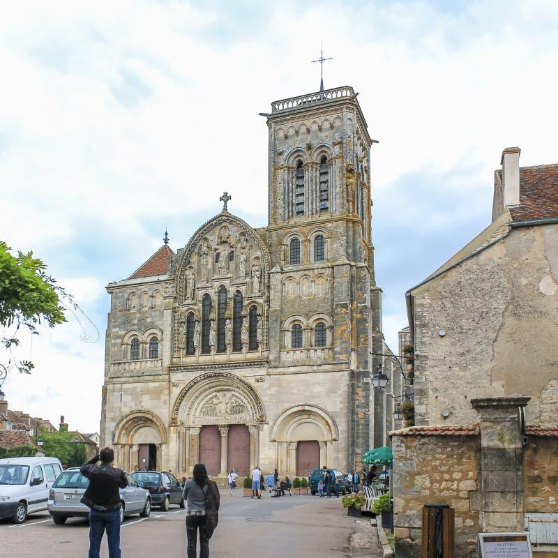 Scène de village chez Vezelay, France, avec l'église et les visiteurs bénédictins d'abbaye photographie stock