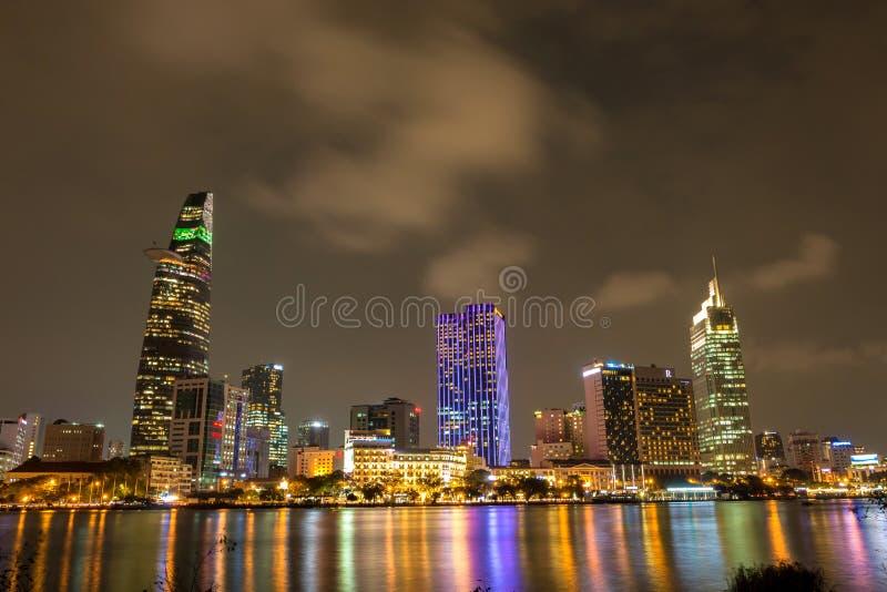 Scène de ville avec Ho Chi Minh City &#x27 ; district des affaires central de s par nuit images libres de droits