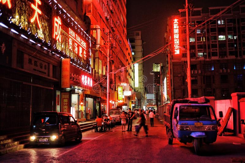 Scène de ville de rue de nuit avec les lampes au néon fortes image stock
