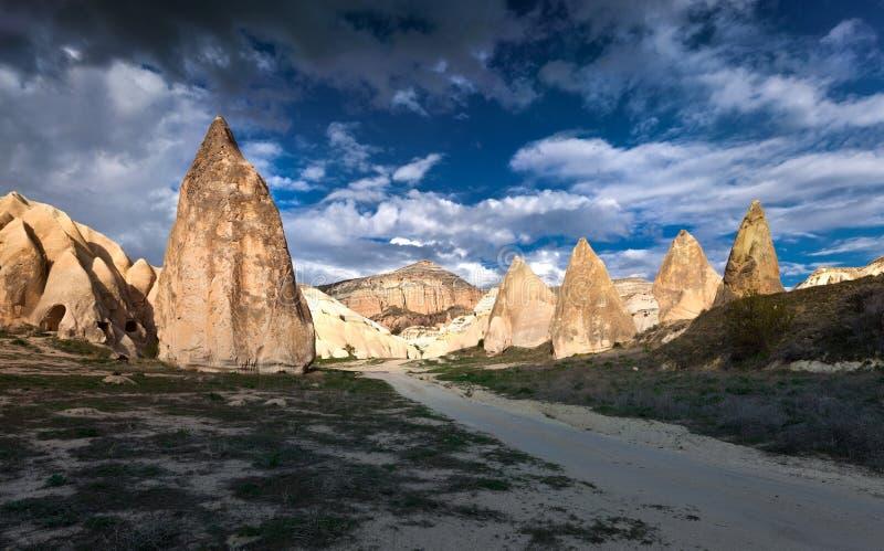 Scène dramatique de ressort dans Cappadocia Monde irréel de Cappadocia, photo stock