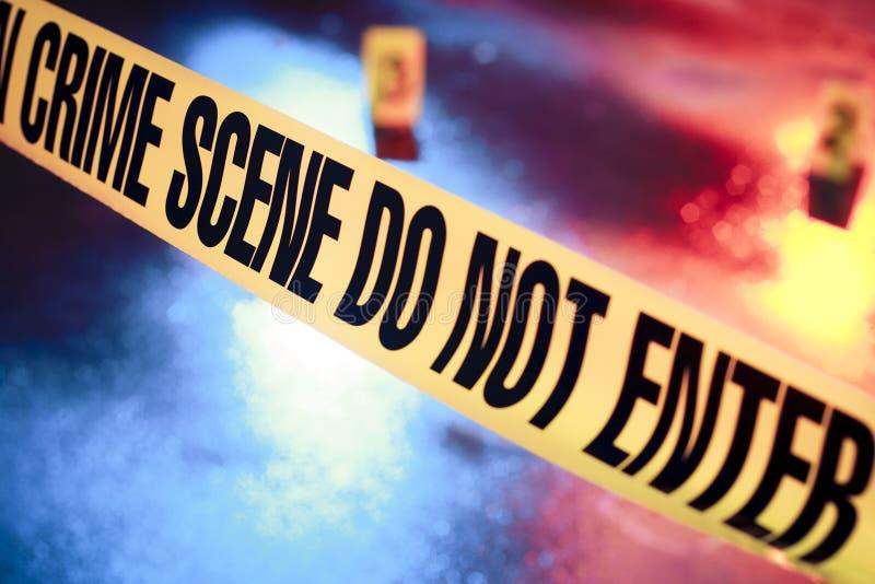 Scène du crime fraîche avec la bande jaune la nuit photographie stock