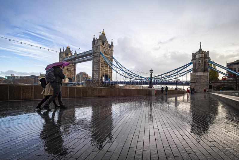 Scène du matin dans une journée pluvieuse à Londres à Tower Bridge photos libres de droits