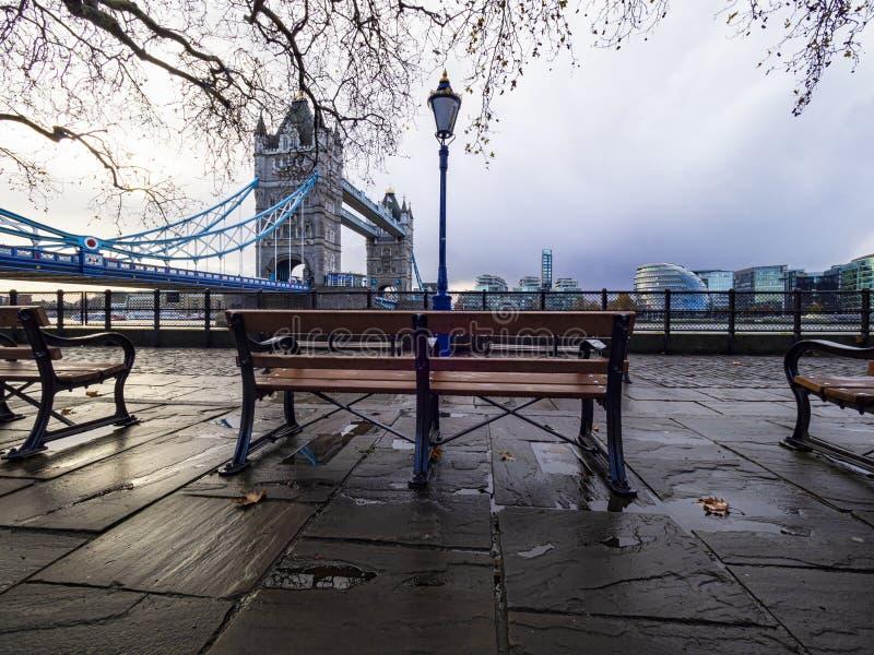 Scène du matin dans une journée pluvieuse à Londres à Tower Bridge images stock