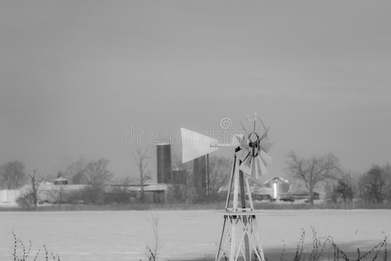 Scène froide de ferme d'hiver avec la neige, l'Illinois, dans noir images libres de droits
