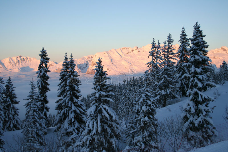Scène idyllique de coucher du soleil dans les Alpes images stock