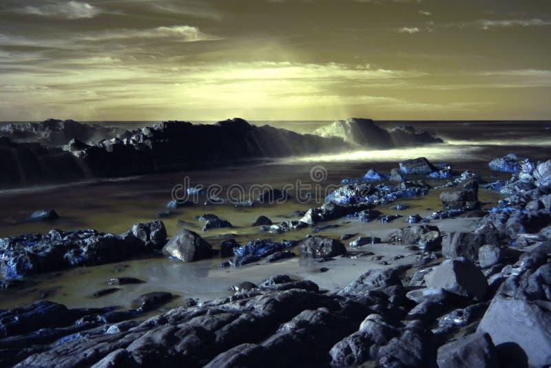 Scène infrarouge de l'Australie de plage de galets image stock