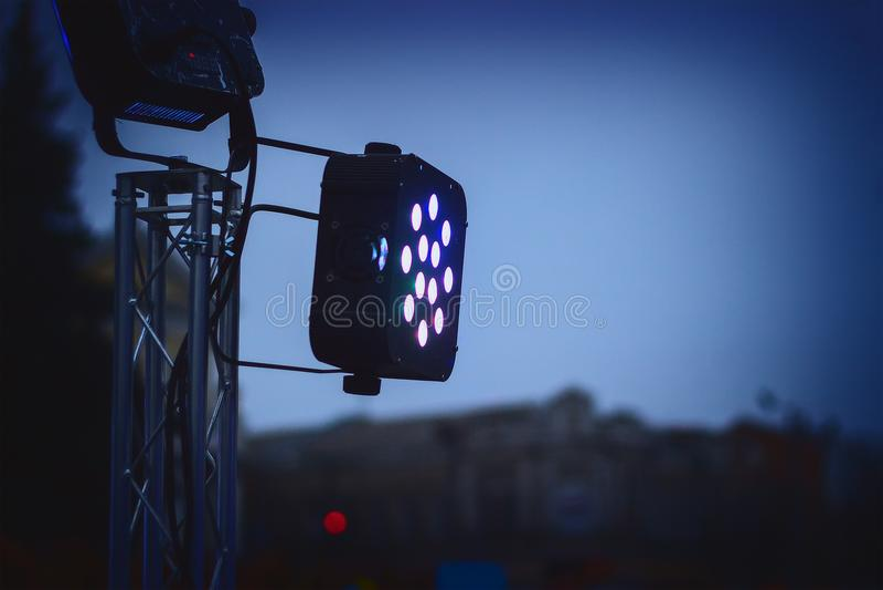 Scène légère de projecteur projecteur dans l'obscurité illustration de vecteur
