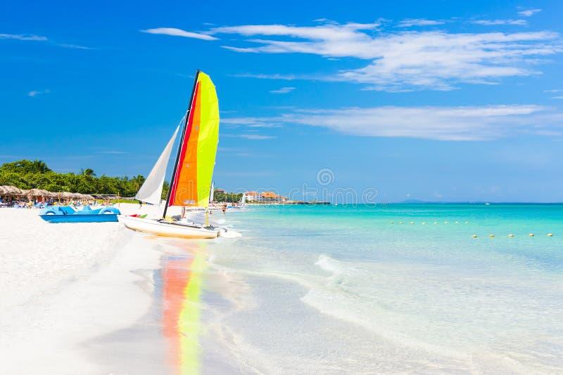 Scène met varende boot bij Varadero strand in Cuba royalty-vrije stock afbeelding