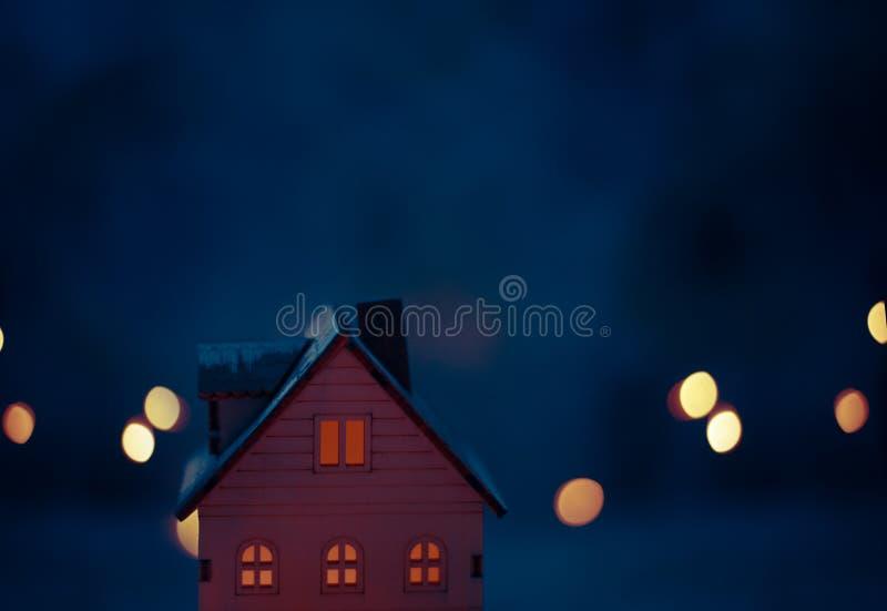 Scène miniature de village de Noël avec la maison en bois de jouet photos libres de droits