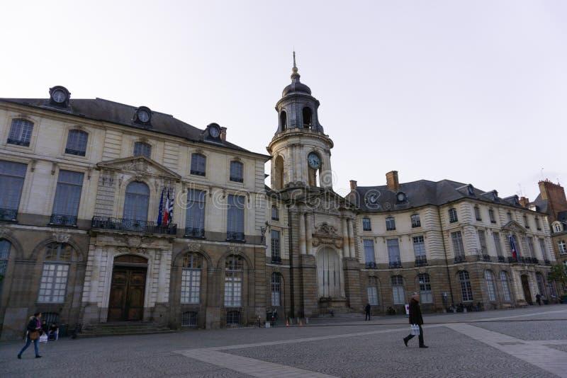 Scène occasionnelle de rue de la mairie Rennes France d'endroit images stock