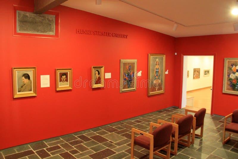 Scène paisible de pièce avec l'illustration et les sculptures encadrées, musée d'Ogunquit d'art américain, Maine, 2016 photographie stock