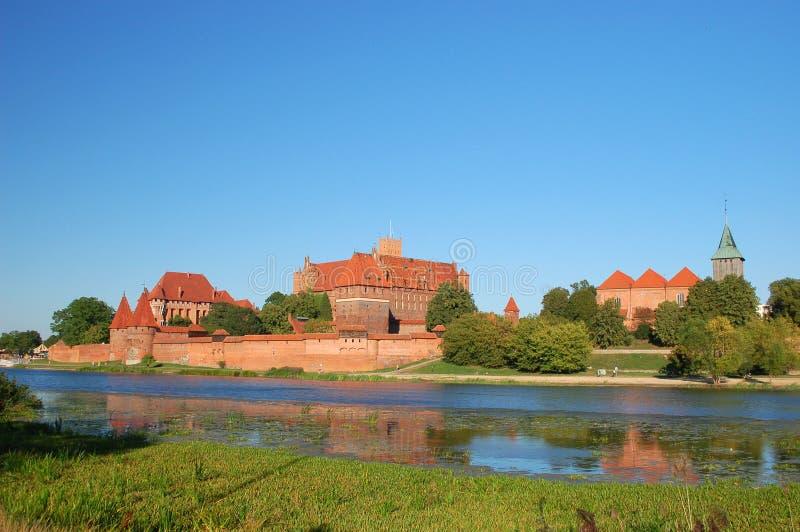 Scène pittoresque de château de Malbork sur la rivière de Nogat, Pologne photos stock