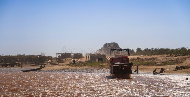 Scène quotidienne le long de la rivière de Tsiribihina, Madagascar occidental photos stock