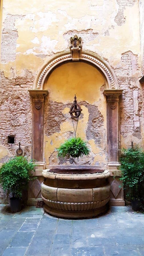 Scène rêveuse d'un puits rustique à Sienne, Italie pendant l'automne images stock